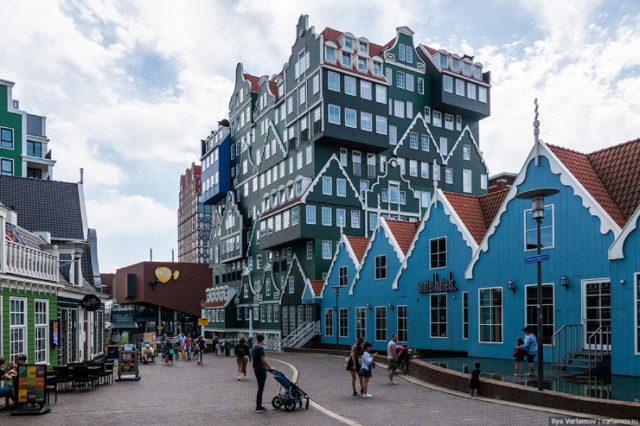 Зандам — это фактически отдалённый район Амстердама. Точнее, будь мы в России — это был бы городской район, но в Голландии это отдельный городок в 10 минутах езды от центра столицы Нидерландов.